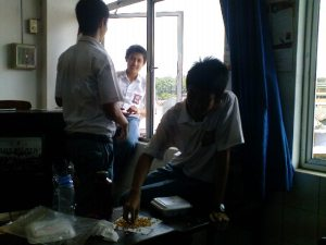 They are eating near the window? O.o